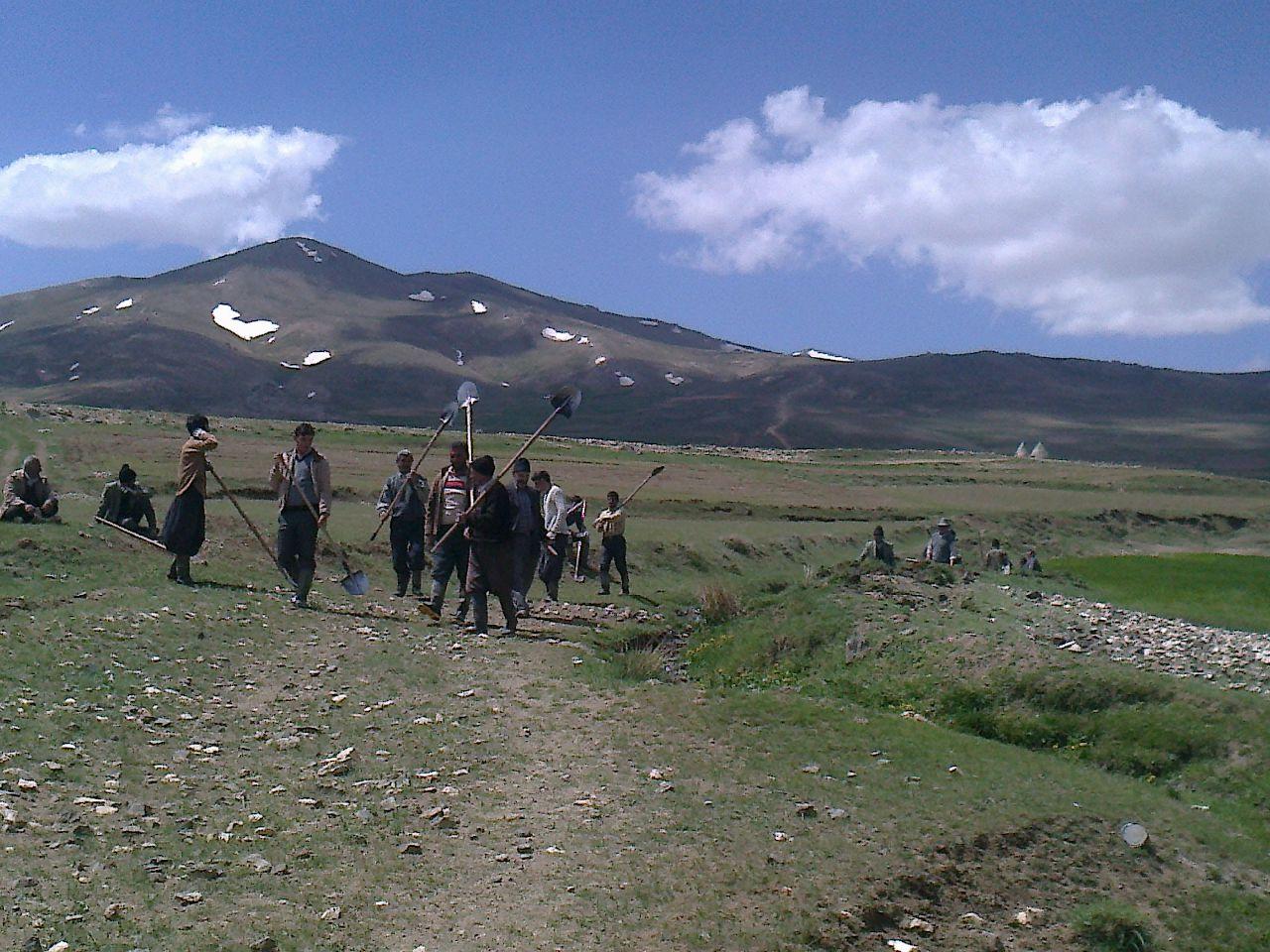 همکاری مردم باهم جهت باز کردن جوی اب جهت ابیاری  زمین های کشاورزی